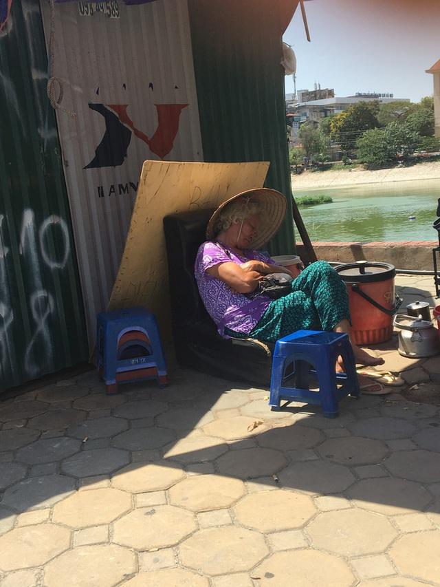 Bà cụ bán hàng nước mệt nhoài mưu sinh trong nắng nóng.