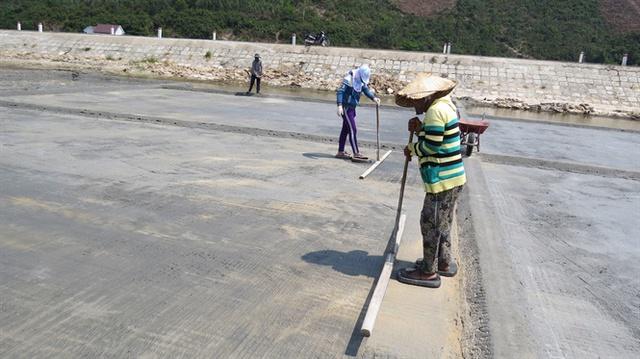 Người dân Tuyết Diêm dàn hàng ngang đầm da ruộng muối