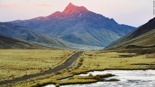 Hành khách trên tàu Belmond Andean Explorer sẽ có những trải nghiệm thú vị về cuộc sống bên sườn dãy Andes thuộc Peru từ đường ray cao hơn mực nước biển 3.600 m.