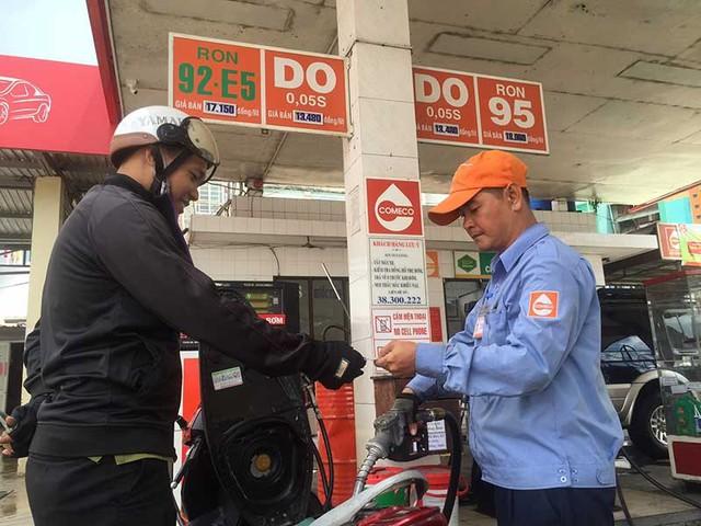 Nhiều cửa hàng kinh doanh xăng sinh học E5 cho hay doanh thu loại xăng này thấp so với xăng khoáng A92, A95. Ảnh: TÚ UYÊN