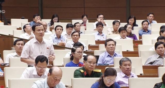 Ông Phạm Tất Thắng - đại biểu Quốc hội tỉnh Vĩnh Long - đặt câu hỏi chất vấn Bộ trưởng Bộ Y tế.