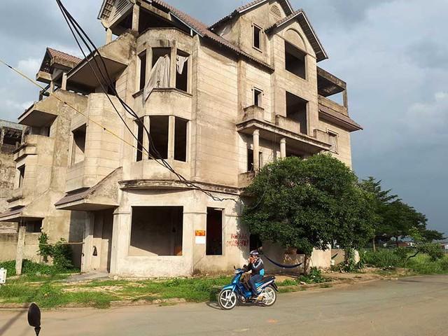 Nhiều biệt thự tại khu dân cư Khang An, phường Phú Hữu, quận 9, TP.HCM bỏ hoang từ nhiều năm nay.Ảnh: THÙY LINH
