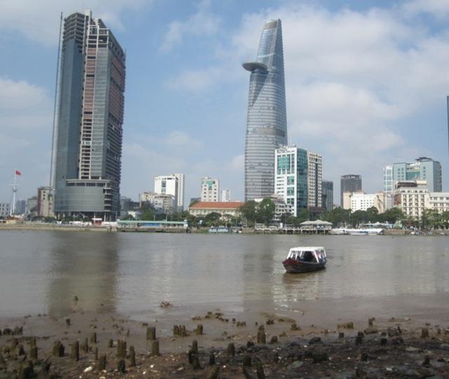 Tòa nhà Saigon One Tower (bên trái) khởi công từ năm 2007 nhưng hiện ngưng trệ. Ảnh: GIA MINH