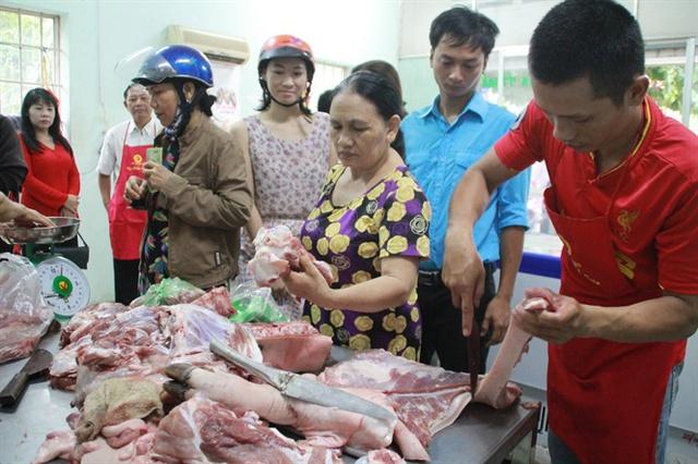Người dân mua thịt lợn tại cửa hàng bình ổn giá, thành phố Biên Hòa, tỉnh Đồng Nai. Ảnh: Lê Xuân