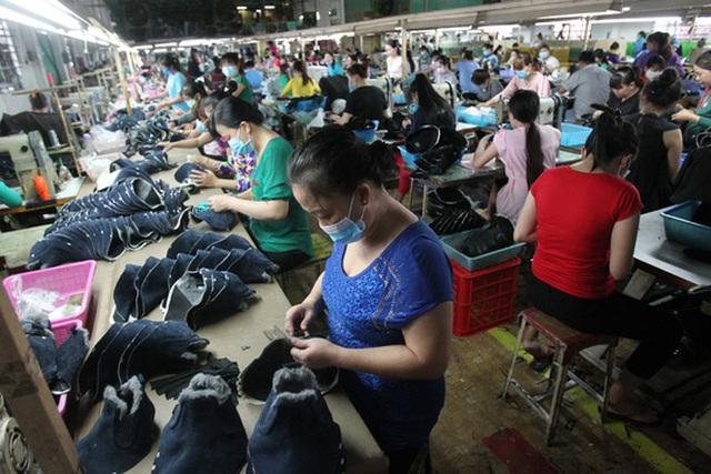 Công ty TNHH MTV Giày dép Vĩnh Phong, quận Bình Tân trong giờ sản xuấtẢnh: Hoàng Triều