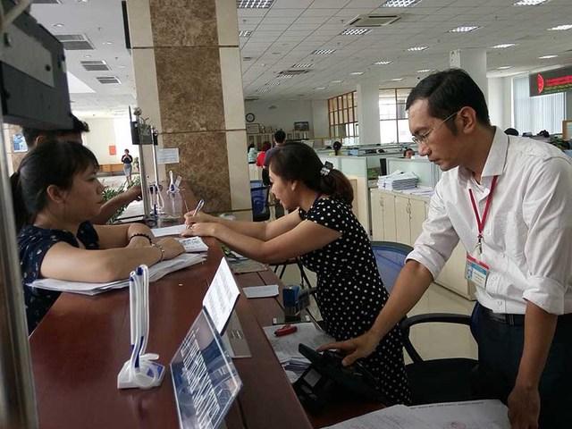 Người dân đến làm thủ tục thuế tại trụ sở Cục Thuế TP.HCM. Ảnh: Q.Huy