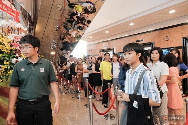 Hàng người dài những người xếp hàng tại ngày khai trương cửa hàng đầu tiên
