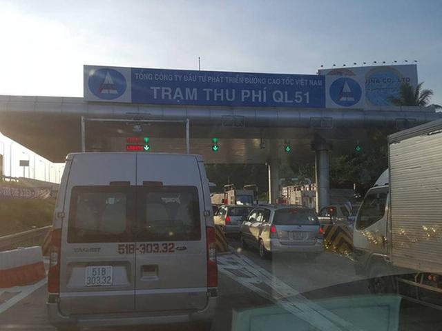 Xe dừng chờ nhau xếp thành từng đoàn trước trạm thu phí trên cao tốc TP HCM - Long Thành - Dầu Giây đoạn thuộc địa bàn huyện Long Thành sáng 18-6Ảnh: NGUYỄN VĂN TRÍ