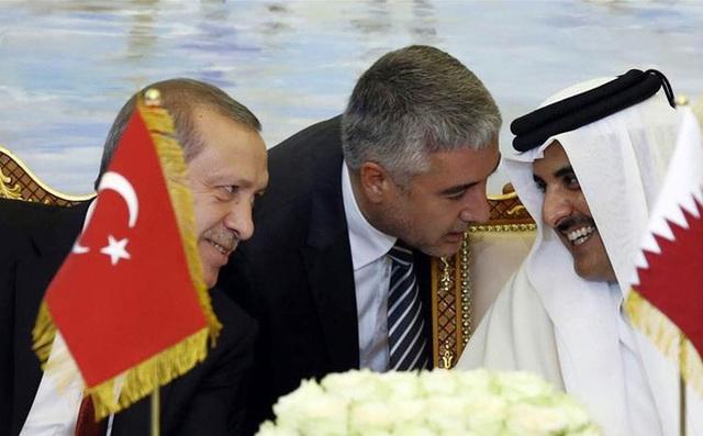 Từ trái sang: Tổng thống Thổ Nhĩ Kỳ Tayyip Erdogan (trái), cựu lãnh đạo Hamas Khaled Meshal và cựu Quốc vương Qatar Sheikh Khalifa bin Hamad al-Thani. Ảnh: AP