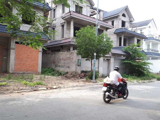 """Hàng loạt dự án BĐS """"trùm mền"""" đang đứng trước cơ hội hồi sinh. Trong ảnh: Một khu biệt thự tại quận 9, TP.HCM đang """"trùm mền"""". Ảnh: THÙY LINH"""