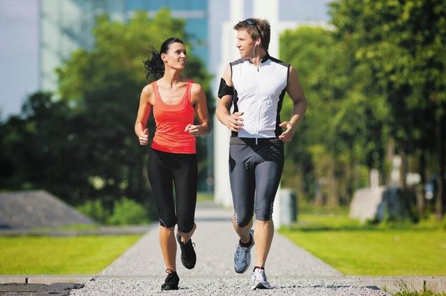 Tăng cường vận động để thúc đẩy lưu thông khí huyết, giảm tê bì chân tay.