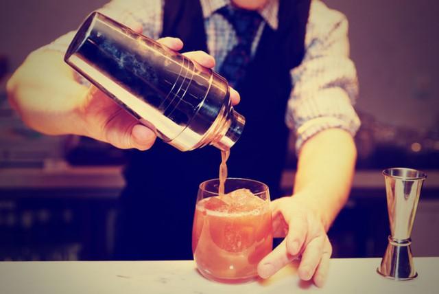 Bartender: Nhân viên pha chế rượu là nghề rất nổi tiếng ở nước ngoài. Công việc này có thể đưa bạn đến bất kỳ nơi nào trên thế giới chỉ cần ở đó rượu được bán và sử dụng phổ biến.