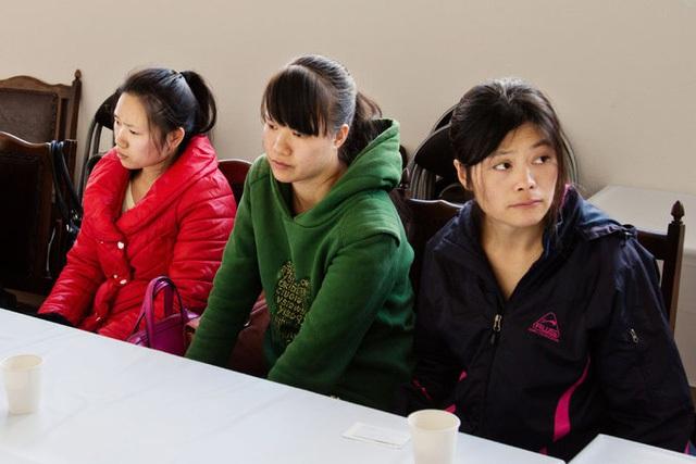 Cô Liu Hongmei (ngoài cùng bên phải) và đoàn công nhân may Trung Quốc tới Nhật Bản