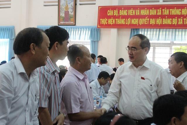 Bí thư Thành ủy TP HCM Nguyễn Thiện Nhân trao đổi với cử tri huyện Củ Chi
