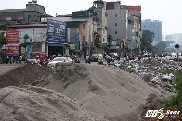 Nhiều tháng nay, nhiều người dân sinh sống quanh khu vực đường Trường Chinh (đoạn giáp ranh giữa quận Đống Đa và Thanh Xuân, Hà Nội) liên tục phản ánh về việc rác thải ngập ngụa trong giải phân cách giữa lòng đường, bốc lên mùi hôi thối nồng nặc.