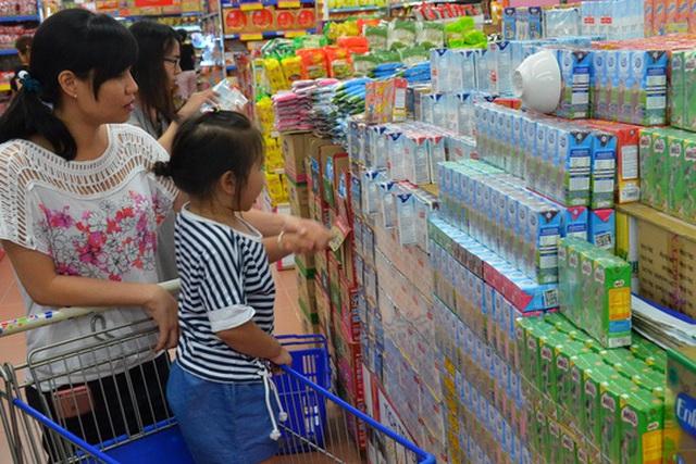 Người tiêu dùng dễ nhầm lẫn sữa tươi với sữa hoàn nguyên Ảnh: Tấn Thạnh