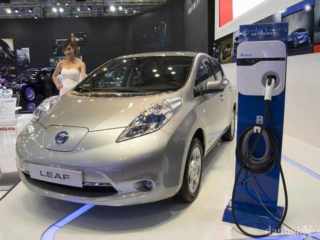 Ô tô điện vừa được giới thiệu tại triển lãm quốc tế Motorshow Việt Nam. Trong ảnh: Mẫu xe điện Leaf của hãng Nissan. Ảnh: QUANG HUY