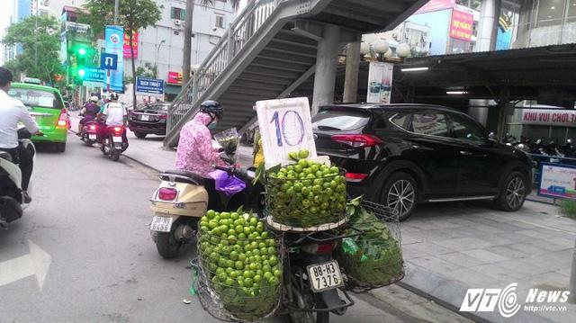 10.000 đồng/1/2kg ổi nhưng 1/2kg được che chắn rất cẩn thận. (Ảnh: Việt Vũ)