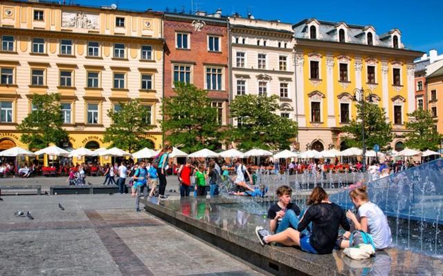 Krakôw: Du lịch một mình vào tháng 7 ở Krakôw là tuyệt nhất. Thành phố xinh đẹp của Ba Lan sẵn sàng níu chân những người yêu kiến trúc bởi vẻ đẹp của những tòa nhà cổ đầy mê hoặc.