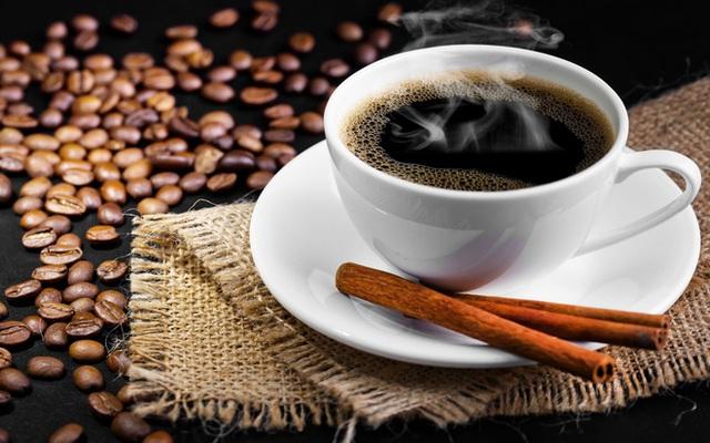 Với công dụng tăng sự tập trung, cà phê là thức uống bắt đầu ngày mới của nhiều người. Tuy nhiên, tiêu thụ quá nhiều loại đồ uống này lại gây hại cho thận. (Ảnh minh họa).