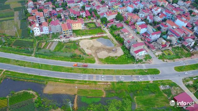Tuyến đường trục trung tâm khu đô thị mới huyện Mê Linh dài khoảng 15 km, có tổng mức đầu tư trên 2.300 tỷ đồng, thông xe giữa năm 2016.