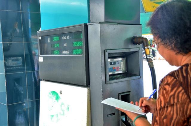 TP HCM sẽ tiến hành dán tem tất cả các cây xăng vào tháng 9-2017 Ảnh: TẤN THẠNH
