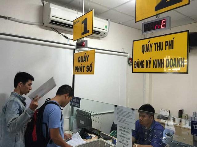 Doanh nghiệp làm thủ tục đăng ký kinh doanh tại Sở KH&ĐT TP.HCM. Ảnh: QN