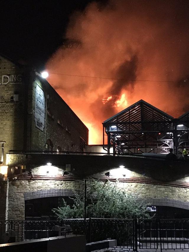 Lửa cháy lớn tại chợ Camden. Ảnh: Twitter