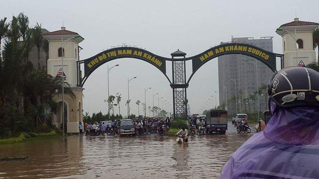 Nước ngập sâu ở các con phố Lê Trọng Tấn - lối vào khu đô thị Nam An Khánh sau cơn mưa hồi tháng 5/2016.