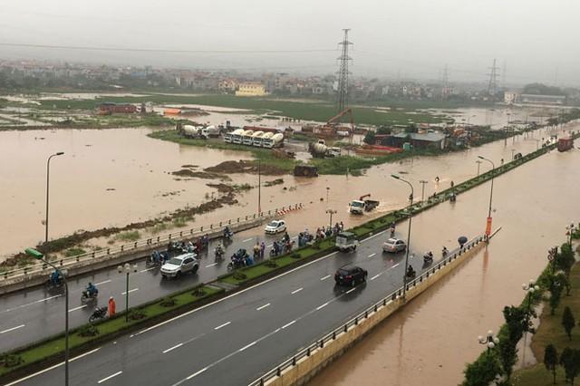 Cũng thời gian này chân cầu vượt các con phố sắt Yên Nghĩa - Hà Đông (trước khu đô thị The Spark) cũng bị cô lập bởi biển nước mênh mông.