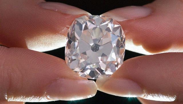 Một nhân viên của hãng đấu giá Sotheby (Anh) giữ viên kim cương trước mặt khách tham dự