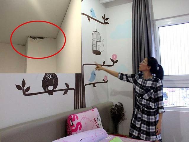 Bà Võ Ngọc Thy (căn hộ 17N1, N2) đang nói về các vết nứt trên trần nhà mình (ảnh nhỏ).  Ảnh: HỒNG TRÂM