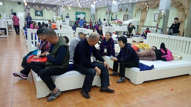 Du khách Trung Quốc tràn ngập trong một cơ sở bán hàng ở tỉnh Quảng Ninh Ảnh: TRỌNG ĐỨC