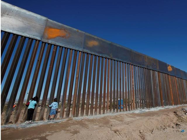 Một bức tường sắt ngăn biên giới Mỹ-Mexico. (Nguồn: Reuters)