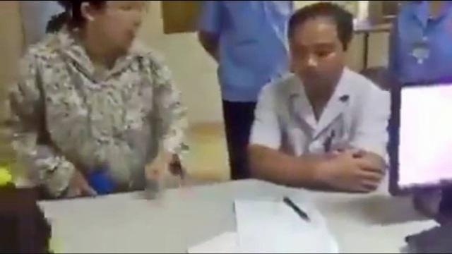 Ảnh cắt từ clip BS bị người nhà bệnh nhân chửi.