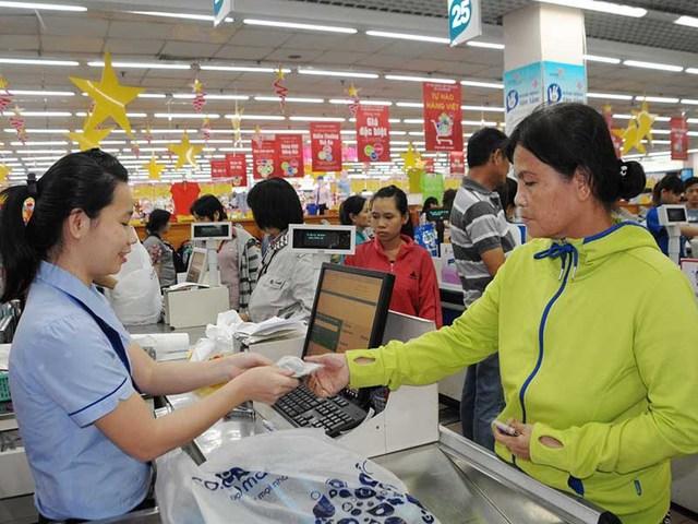 Các doanh nghiệp trong ngành bán lẻ Việt đang nỗ lực chống đỡ trước các tập đoàn bán lẻ nước ngoài. Ảnh: TÚ UYÊN