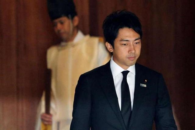 Chính trị gia trẻ tuổi Shinjiro Koizumi - con trai cựu Thủ tướng Junichiro Koizumi- rời khỏi đền Yasukuni sau khi viếng thăm đền năm 2013. Ảnh: Reuters