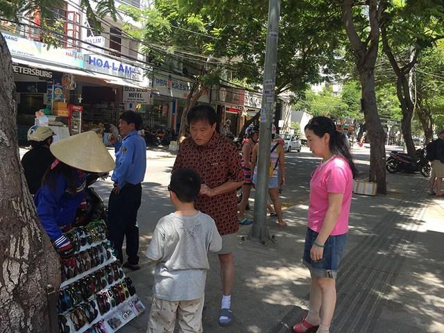 Nha Trang là một trong những điểm đến ưa thích của khách quốc tế. Trong ảnh: Khách Trung Quốc đang mua sắm ở Nhà Trang. Ảnh: TÚ UYÊN