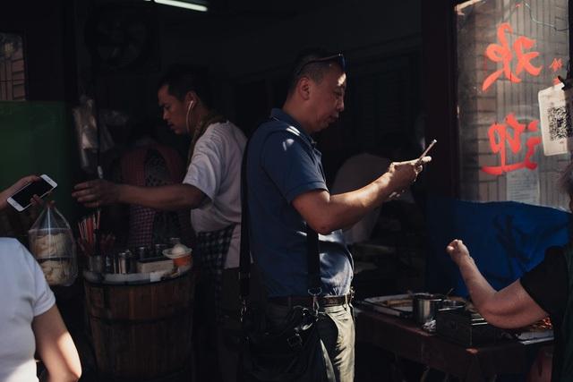 Một khách hàng quét mã QR để trả bữa sáng sử dụng WeChat, một ứng dụng nhắn tin đã trở nên thiết yếu trong đời sống hằng ngày.