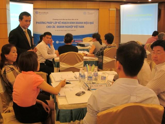 Ông Nguyễn Thanh Tân trong một buổi đào tạo về phương pháp lập kế hoạch kinh doanh hiệu quả cho doanh nghiệp.