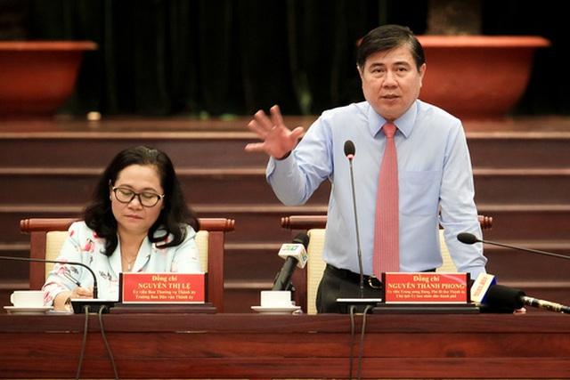 Ông Nguyễn Thành Phong, Phó Bí thư Thành ủy, Chủ tịch UBND TP, trao đổi với các đại biểu tại buổi gặp gỡ