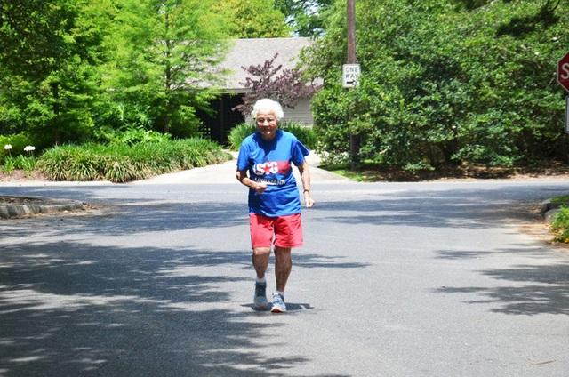 Julia Hawkin, 101 tuổi, đang tập luyện chuẩn bị cho cuộc thi Senior Games (Ảnh: Sarah Netter)