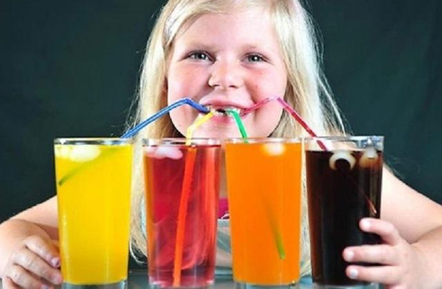 Hạn chế cho trẻ uống quá nhiều nước ngọt .