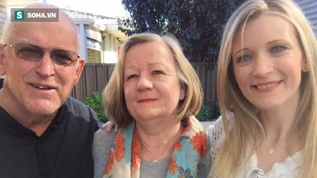 Sherie Hagger (bên phải) cùng cha mẹ cô