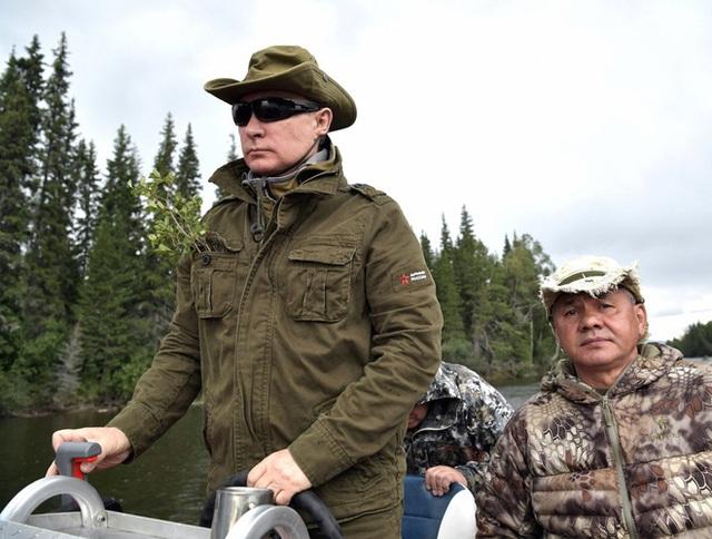 Theo phát ngôn viên Dmitry Peskov của điện Kremlin, ông Putin đã bơi lội thoải mái trên hồ ở Siberia, dù nhiệt độ ở đây chỉ vào khoảng 17 độ C - Ảnh: Điện Kremlin/Business Insider.</p></div><div></div></div><p> </p><p>