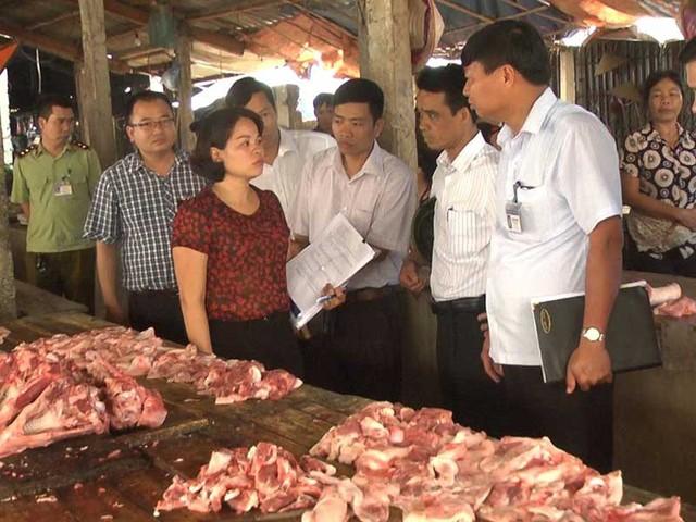 Hiện nay một miếng thịt vẫn do nhiều cơ quan cùng quản lý. Trong ảnh: Đoàn liên ngành kiểm tra thực tế vệ sinh an toàn thực phẩm tại một chợ. Ảnh minh họa: Tiến Dũng