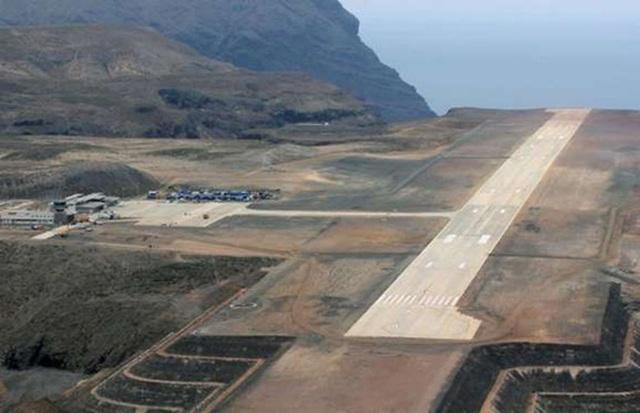 <b></div><div></div></div><p> </p>Sân bay Saint Helena, Anh: 347 triệu USD</b><p>Năm 2010, Cục Phát triển Quốc tế của Anh chi 347 triệu USD để xây dựng sân bay trên một vách đá của hòn đảo hẻo lánh Saint Helena thuộc lãnh địa của Anh trên Đại Tây Dương, nhằm thúc đẩy giao thông và khai thác du lịch.</p><p>Tuy nhiên, ngay từ đầu, giới chức Anh đã không tính tới điều kiện gió nguy hiểm tại đây. Những cơn gió tạt ngang dữ dội tại đây khiến máy bay không thể cất cánh hoặc hạ cánh an toàn. Do đó, kể từ khi mở cửa vào năm ngoái, sân bay này hầu như không thể sử dụng được.</p><p>