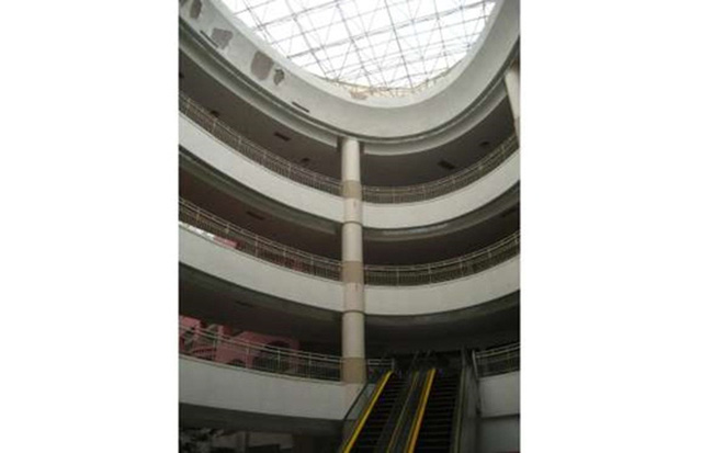 """<b></div><div></div></div><p> </p>Trung tâm thương mại New South China, Trung Quốc: 500 triệu USD  </b><p>Là trung tâm thương mại lớn nhất thế giới, New South China Mall tại Đông Quan, Trung Quốc, khai trương hoành tráng vào năm 2005. Với kinh phí lên tới 2,5 tỷ Nhân dân tệ, tương đương gần 500 triệu USD (sau khi điều chỉnh theo lạm phát), New South China Mall với diện tích gần 900.000m2 đã biến thành """"trung tâm thương mại ma"""" do không thế thu hút người thuê và khách hàng tới mua sắm.</p><p>Nguyên nhân là trung tâm thương mại này nằm ở thành phố ít cư dân giàu có. Năm 2008, 99% gian hàng tại đây bỏ hoang và thậm chí bây giờ, phần lớn diện tích tại đây vẫn không có ai thuê.</p><p>"""