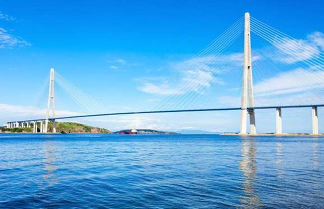 <b></div><div></div></div><p> </p>Cầu Russky, Nga: 1 tỷ USD</b><p>Cây cầu Russky ở miền Đông nước Nga bắc qua eo biển Eastern Bosphorus, nối thành phố Vladivostok với đảo Russky - có dân số chỉ 5.000 người.</p><p>Cây cầu dây văng dài nhất thế giới này được xây dựng vào năm 2012 để phục vụ Hội nghị thượng đỉnh APEC diễn ra tại Nga. Cầu Russky dài 1.885 m, phần giữa cầu được treo bằng dây cáp dài tới 1.104 m - dài nhất thế giới và có chi phí xây dựng lên tới 1 tỷ USD.</p><p>Dù có kế hoạch để phát triển du lịch đảo Russky, sau khi kết thúc hội nghị thượng đỉnh, cây cầu trở lại trạng thái đìu hiu, vắng vẻ.</p><p>Với quy mô khủng, cầu Russky Bridge có thể lưu thông 50.000 xe hơi mỗi ngày nhưng hiện nay vào giờ cao điểm trong ngày, lượng xe qua lại đây chỉ khoảng vài nghìn.</p><p>