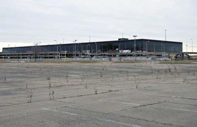 <b></div><div></div></div><p> </p>Sân bay quốc tế Mirabel, Canada: 1,7 tỷ USD </b><p>Thuộc thành phố Montreal, Canada, sân bay quốc tế Mirabel được xây vào năm 1975 với mục đích thay thế sân bay Dorval với chi phí 370 triệu USD, tương đương 1,7 tỷ USD hiện nay.</p><p>Tuy nhiên, do nằm ở khu vực bất tiện cách trung tâm thành phô Montreal 42km, lượng khách qua lại sân bay này thấp thảm hại. Các hãng hàng không cũng sớm rút đường bay qua sân bay này và chuyển qua Toronto. Và khi sân bay Dorval mở rộng và đổi tên vào đầu những năm 2000, các chuyến bay đến và đi từ sân bay Mirabel hoàn toàn chấm dứt. Năm 2012, nhà ga của sân bay này bị phá huỷ.</p><p>